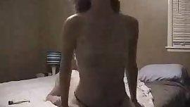 chica pelo corto, tiene dos orgasmos cabalgando