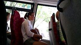 teen beine im bus