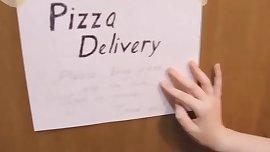 Please, la pizza en mi baño. (puerta abierta)