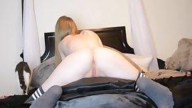 Chica muy caliente se frota con su cojin